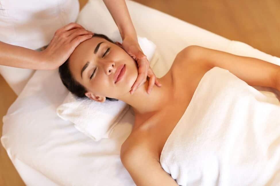 проработка области шеи при массаже лица