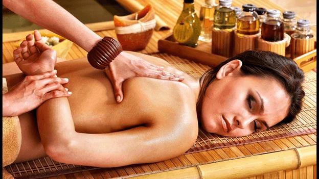 выполнение тайского массажа с использованием масла