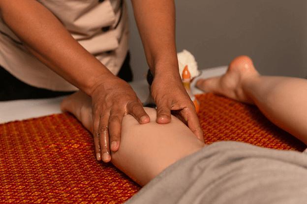 Выполнение тайского массажа