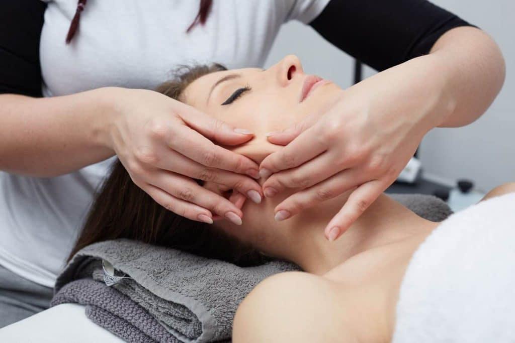 Что нужно знать перед проведением пластического массажа лица