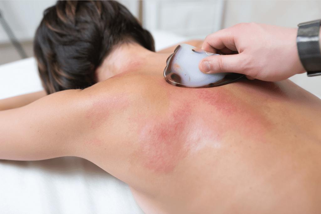 Техника выполнения массажа Гуаша спины выглядит так: