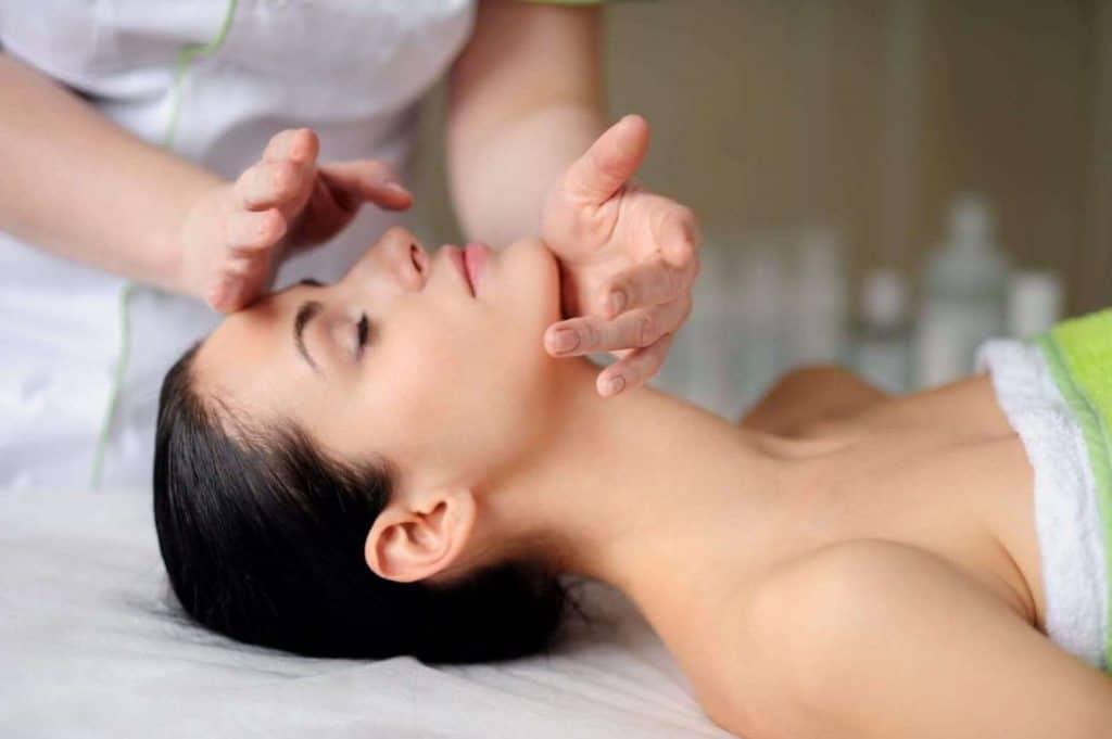 Почему нужно делать массаж лица