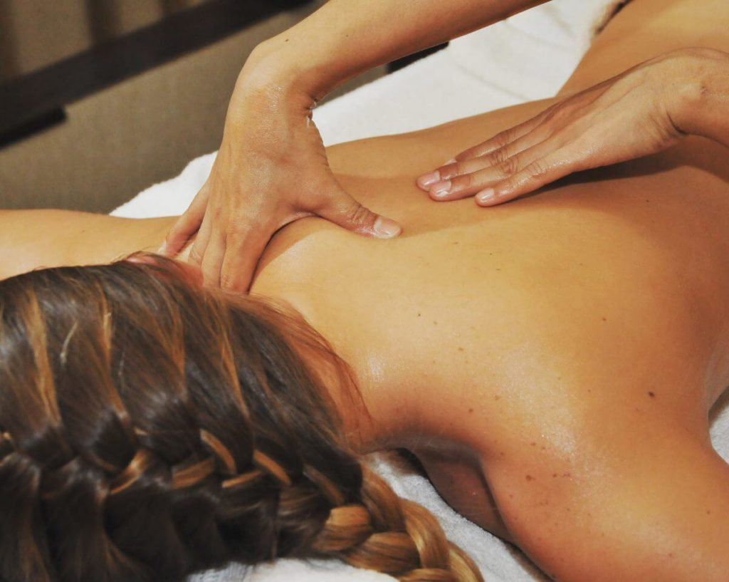 Подготовка к расслабляющему массажу спины
