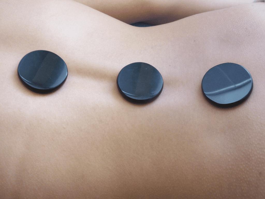 проведение массажа с камнями разной температуры