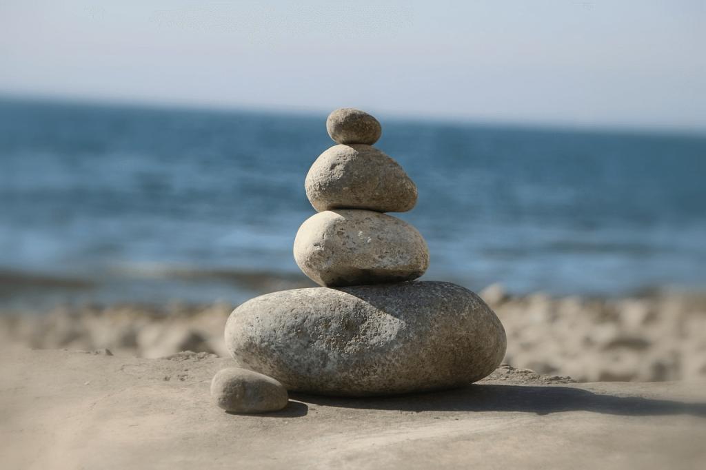 выполнение массажа холодными камнями