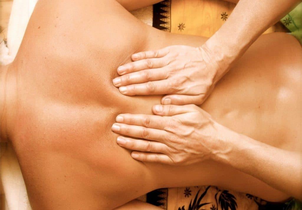 растирание - расслабляющий массаж спины