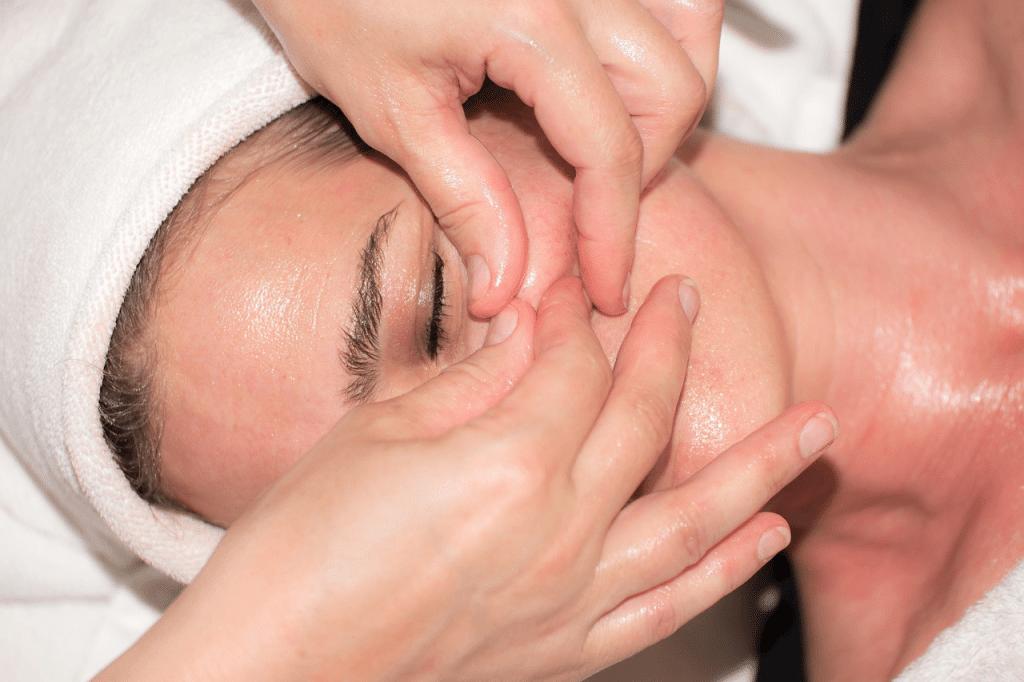 Польза медового массажа лица: