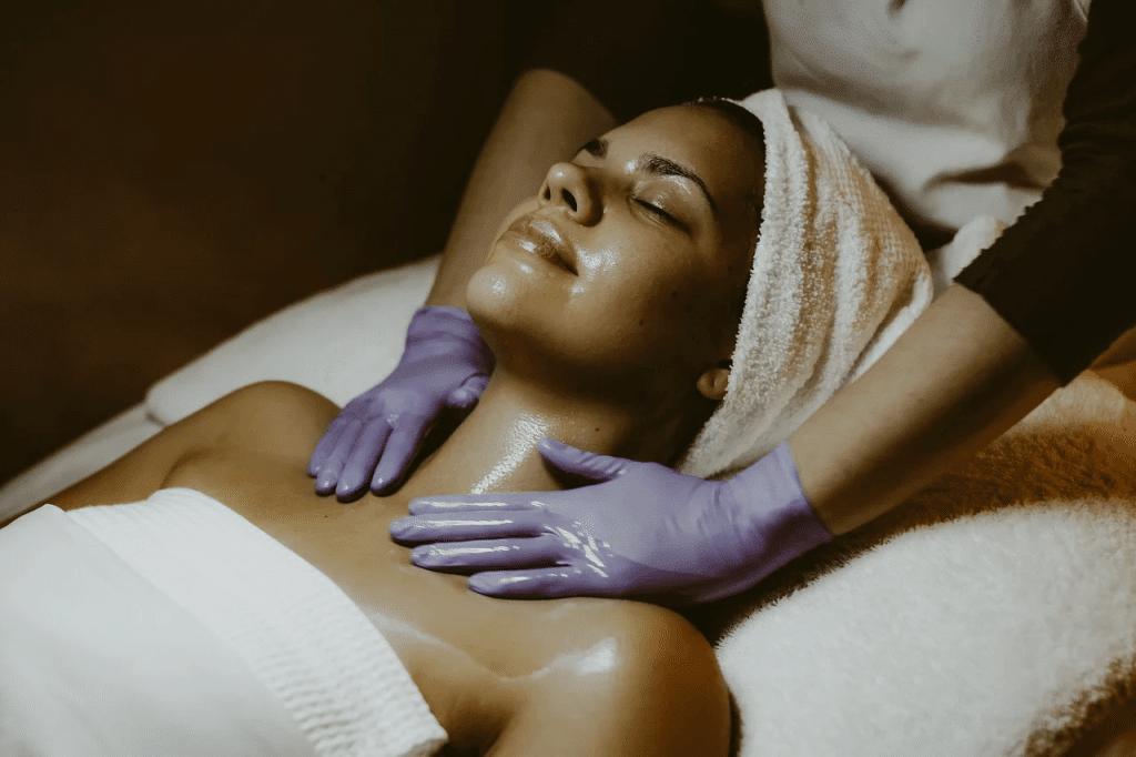 Медовый массаж лица в домашних условиях или в салоне красоты: что выбрать?